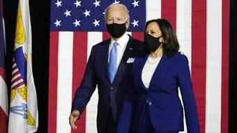 Die Präsidentschaftskandidat und seine Vize: Joe Biden (l) und Kamala Harris vor dem Parteitage der Demokratischen Partei.