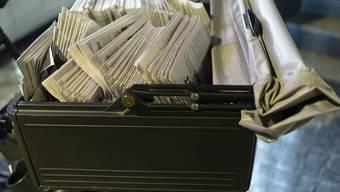 Verstoss gegen die Mindestlöhne bei der Zeitungszustellung: Die Post-Tochter Epsilon in Genf muss deswegen 180'000 Franken Busse zahlen. (Symbolbild)
