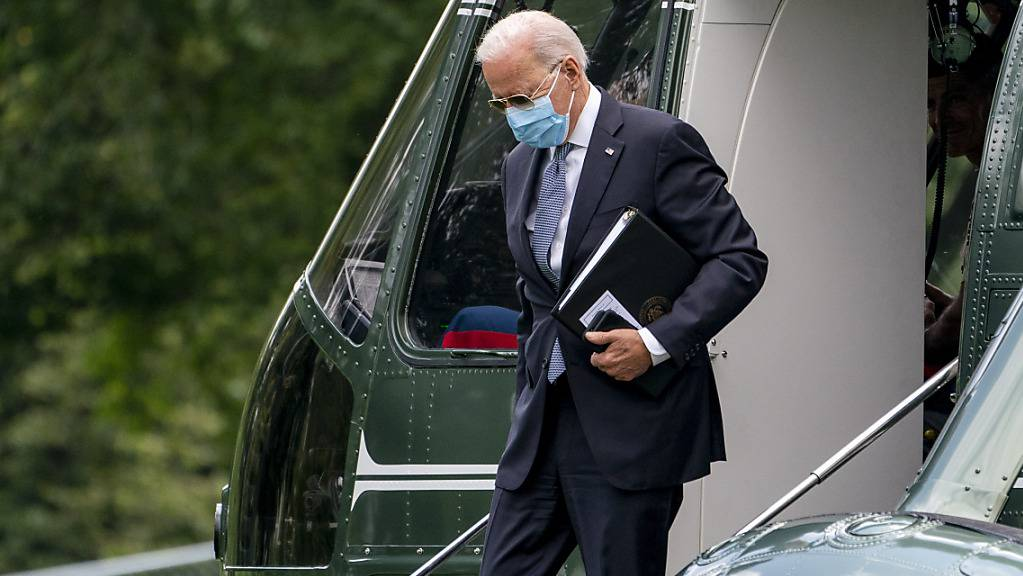Joe Biden, Präsident der USA, verlässt einen Helikopter. Foto: Andrew Harnik/AP/dpa