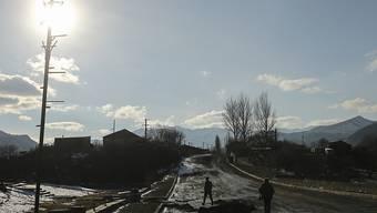 Soldaten aus Aserbaidschan gehen über eine leere Strasse, nachdem eine Region in Berg-Karabach in aserbaidschanische Kontrolle übergeben wurde. Foto: Emrah Gurel/AP/dpa