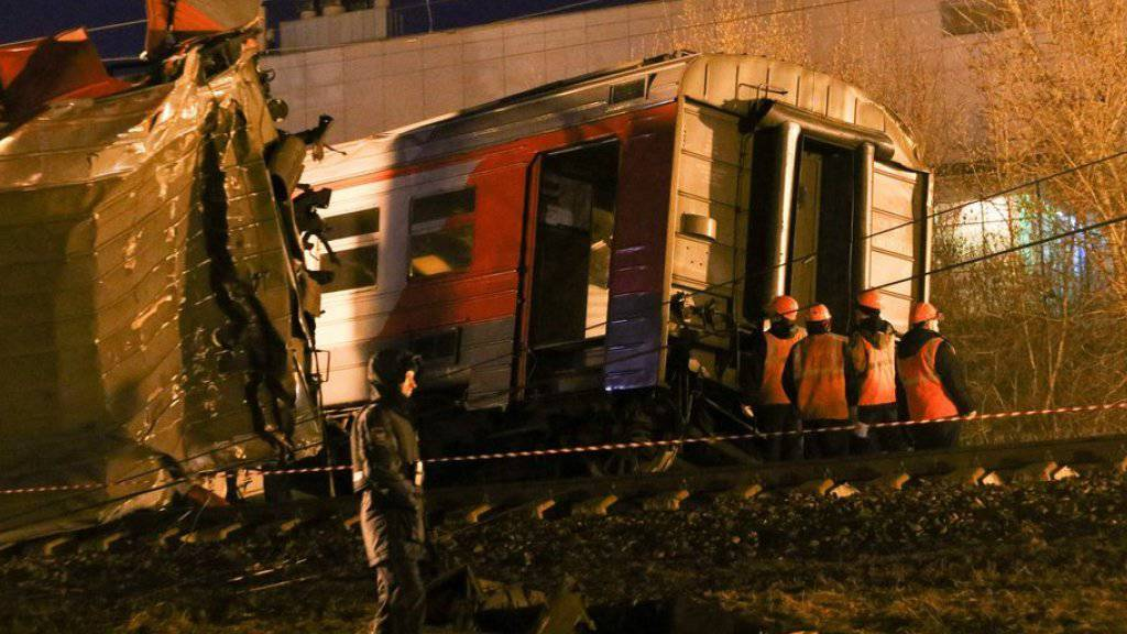 Bei einem Zugunglück in Moskau sind Dutzende Menschen verletzt worden. Der Fernzug Moskau-Brest war am späten Samstagabend im Westen der russischen Hauptstadt mit einem Pendlerzug kollidiert. Ermittler untersuchen einen den entgleisten Zug.