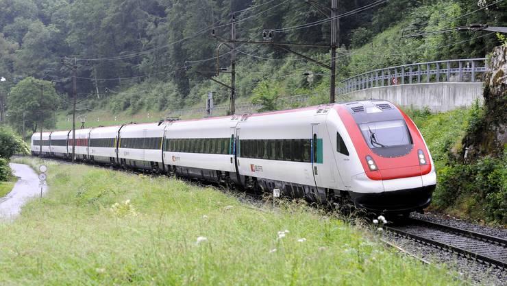 Der ICN-Neigezug der SBB konnte inzwischen aus dem Tunnel geschleppt werden. Der Weinbergtunnel war Mitte Nachmittag wieder befahrbar. (Symbolbild)