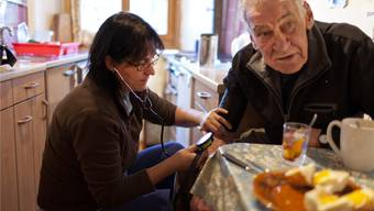 Gerade in Zeiten, in denen ausschweifend über steigende Gesundheitskosten diskutiert wird, haben Angehörige für die vielen Stunden, die sie für die Pflege ihre Eltern, Partner oder Kinder aufopfern, Wertschätzung verdient.