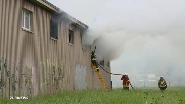 Brand in Kerzenfabrik stellt Feuerwehr auf Probe