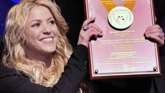 Shakira hält stolz die Auszeichnung hoch