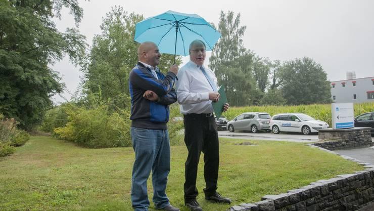 Begrüssungrede durch Chefinstruktor Heinz Aemmer muss unter dem Regenschirm stattfinden