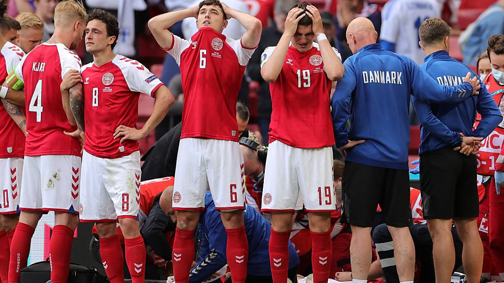 Ein Fussballspieler aus Dänemark bricht zusammen