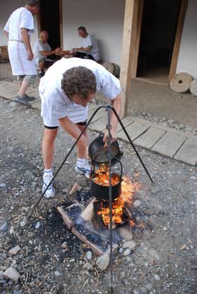 Im römischen Erlebnispark wird gekocht über dem Feuer