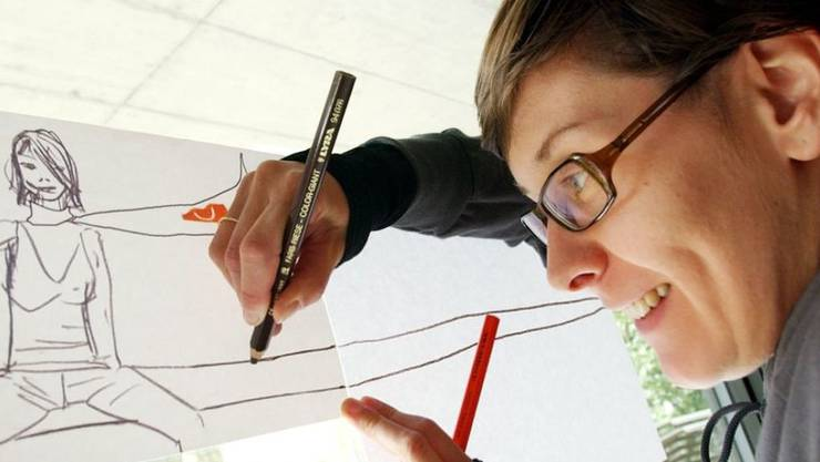 """Die Künstlerin Zilla Leutenegger, hier beim Zeichnen im Jahr 2004, zeigt in der Klosterkirche Bellelay bis 9. September 2019 die Arbeit """"L'ouest ou l'est"""". (Archiv)"""