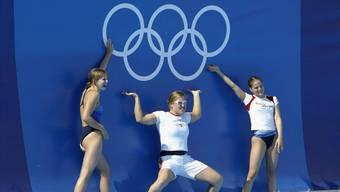 Ohne Erinnerungsfoto geht kein Athlet nach Hause: Die Schwimmerinnen (v.l.) Seraina Prünte, Hanna Miluska und Carla Stampfli posieren 2004 im Olympic Aquatic Centre in Athen.