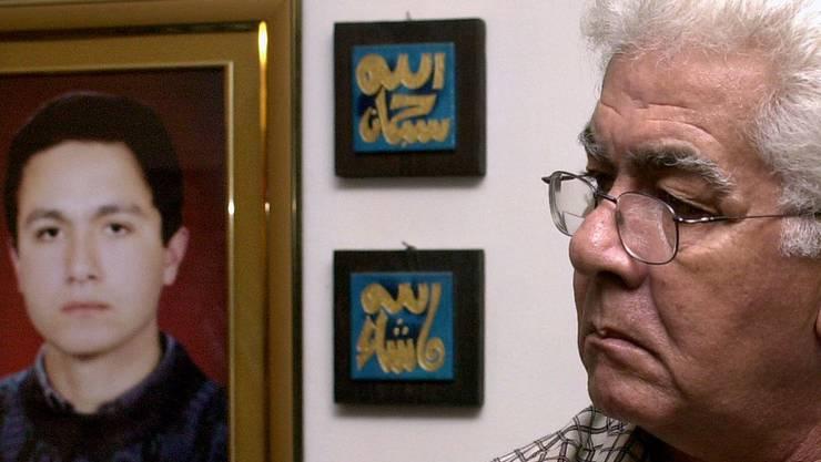 Der Vater von Mohammed Atta mit einem Bild seines Sohnes