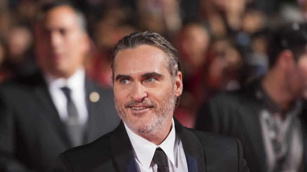 """US-Schauspieler Joaquin Phoenix wird für seine Rolle in """"Joker"""" gefeiert. Er bedankt sich für den Erfolg bei seinem verstorbenen Bruder River."""