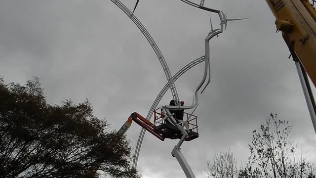 Die Eisenplastik von Schang Hutter wird nach der Restauration wieder bei der Kanti Solothurn montiert