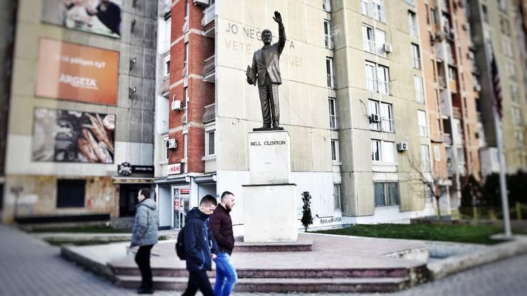 Die bronzene Bill-Clinton-Statue am 'Boulevardi Bill Klinton' in Pristina.
