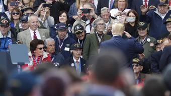 Habachtstellung vor hochbetagten Veteranen: US-Präsident Donald Trump vor der Zeremonie auf dem Soldatenfriedhof in Colleville-sur-Mer.