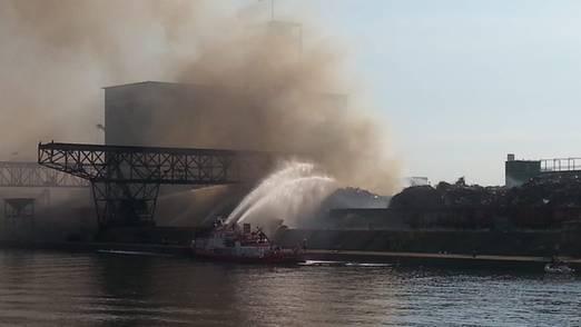 Ein Feuerlöschboot im Einsatz.