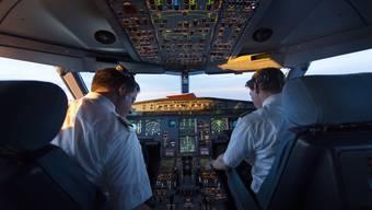 Verlässt einer der Piloten das Cockpit, muss jemand von der Kabinen-Crew die Stellung halten.