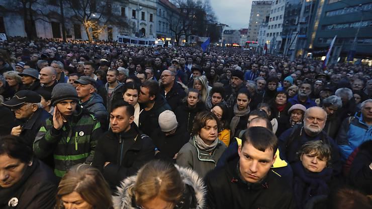 """Zum Jahrestag der Ermordung des Enthüllungsjournalisten Jan Kuciak und seiner Verlobten Martina Kusnirova haben am Donnerstag Tausende Slowaken für eine """"anständige Slowakei"""" demonstriert.  (AP Photo/Petr David Josek)"""