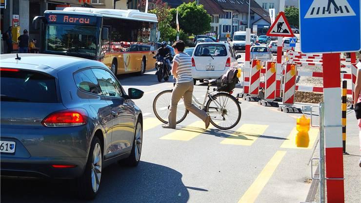 Bei der Kreiselbaustelle in Frick werden von allen Verkehrsteilnehmern erhöhte Konzentration und Aufmerksamkeit gefordert.