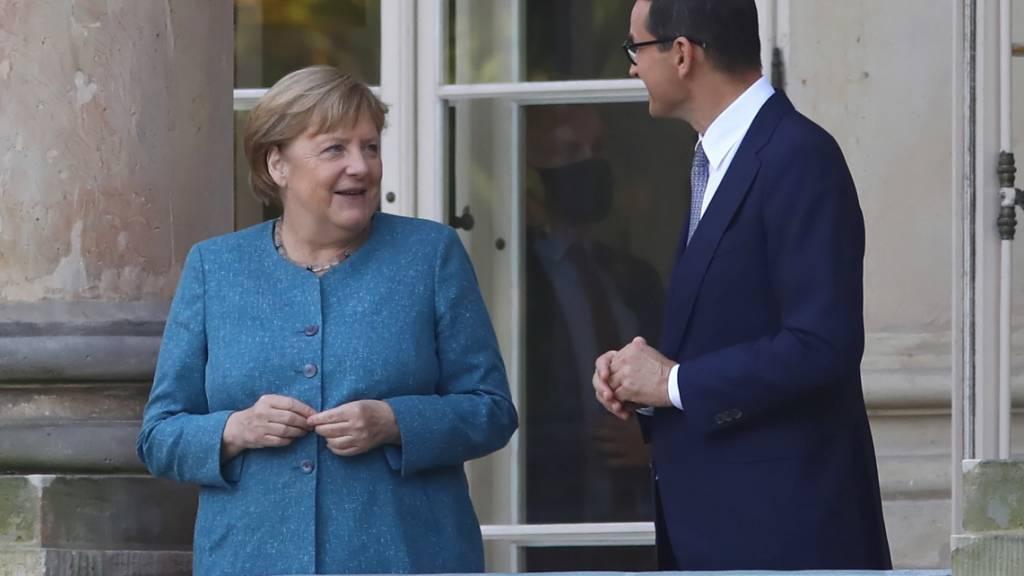 Bundeskanzlerin Angela Merkel und Mateusz Morawiecki, Ministerpräsident von Polen, unterhalten sich während eines Treffens im Lazienki-Palast. Bei ihrem Besuch in Polen gedachte Merkel den Opfern des Zweiten Weltkriegs und legte am Grabmal des Unbekannten Soldaten einen Kranz nieder. Foto: Rafa3 Guz/PAP/dpa