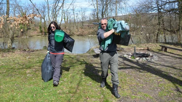 Corina Marmet und Patrick Grau tragen den gesammelten Müll weg, der am Reussufer beim Waffenplatz-Grill liegen geblieben ist.