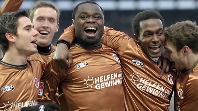 Riesenjubel um St. Paulis Derbyheld Gerald Asamoah (mitte)