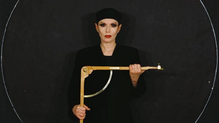 Herrin ihres eigenen Bilds: In ihrem Selbstbildnis steht Manon gleichzeitig in einem Schutzraum und in einer Zielscheibe.