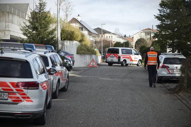 Der streitbare Basler Medien-Anwalt Martin Wagner ist tot. Er wurde am Sonntagmorgen in seinem Haus in Rünenberg von einem Nachbarn erschossen. Der Täter richtete sich selbst. Der Tatort des Tötungsdelikts am Zielweg.