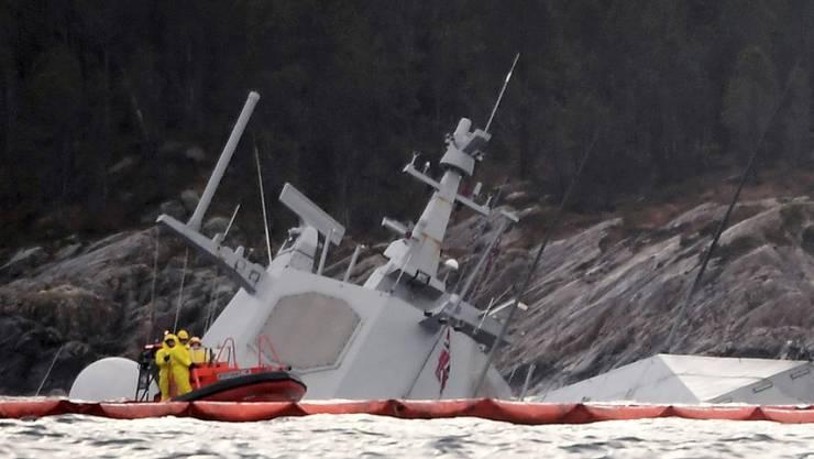 """Am Dienstagmorgen ragten nur noch der Radarturm und Teile des Hecks der """"Helge Ingstad"""" aus dem Wasser."""