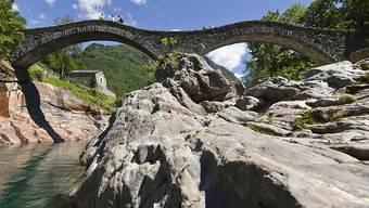 Bei der so genannten Römerbrücke in Lavertezzo im Verzascatal ist eine Italienerin von der Strömung mitgerissen und schwer verletzt worden. (Themenbild)