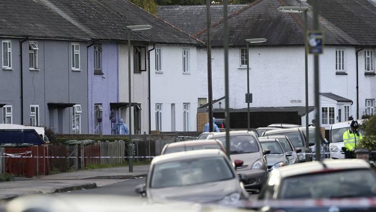 Die Durchsuchung der Wohnung in Sunbury in der Grafschaft Surrey südwestlich von London stehe im Zusammenhang mit der vorangegangenen Festnahme im Hafenbereich von Dover, hiess es in der Mitteilung.