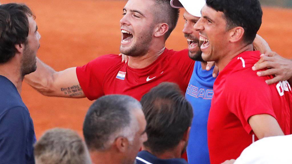 Borna Coric (Mitte im roten Dress) feiert mit seinen Kollegen den Einzug in den Final
