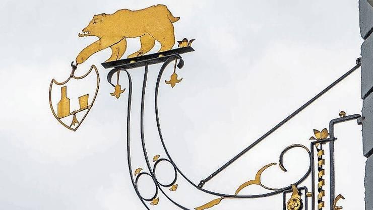 Einfach schön: Das Wirtshausschild des Gasthofs Bären Suhr.