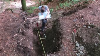 Das Skelett wird von Simone Mayer von der Kantonsarchäologie ausgegraben.