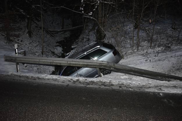 Die Lenkerin  wurde dabei leicht verletzt. Das Auto musste von einem Spezialfahrzeug mit Kran geborgen werden.