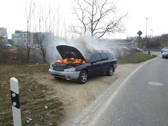 Der Wagen steht in Vollbrand.