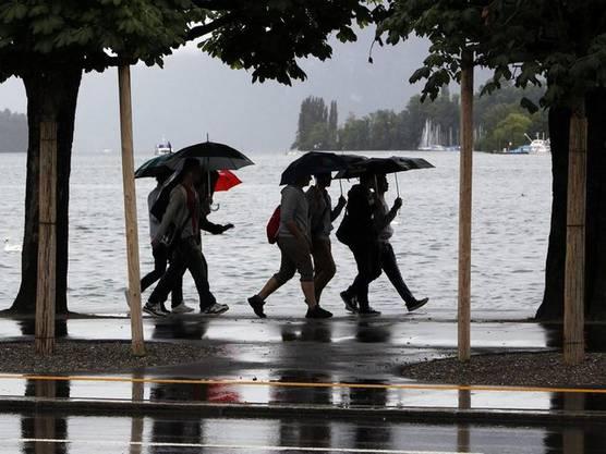Passanten in Luzern nehmen den Regen gelassen