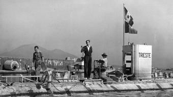 """Das """"Bathyscaphe"""" Trieste 1953 bei einem Testtauchgang nahe Neapel. Piccard sitzend rechts. (Archivbild)"""