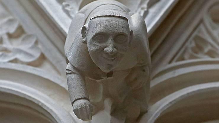 Ein Konterfei von Papst Franziskus begrüsst neu die Besucher des Kölner Doms mit einem Lächeln.