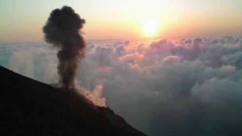Kleiner Ausbruch auf dem Stromboli vor Sizilien, Italien