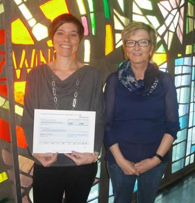 Sandra Küng (li), Einsatzleiterin des EFG-ED Solothurn und Frau Hüss (re), Mitglied des Kirchgemeinderates Dulliken bei der Checkübergabe