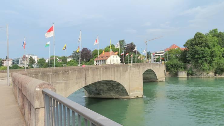 Interessant die Fahnen auf der Brücke, von den Kantonen in der Schweiz wie auch von den Fahnen aus Baden-Württemberg.