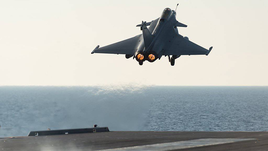 Ein Rafale-Jet der französischen Luftwaffe startet vom Flugzeugträger Charles de Gaulle im Mittelmeer. Erstmals sind am Dienstag Marschflugkörper von Flugzeugen gegen die IS-Miliz eingesetzt worden. (Archivbild)