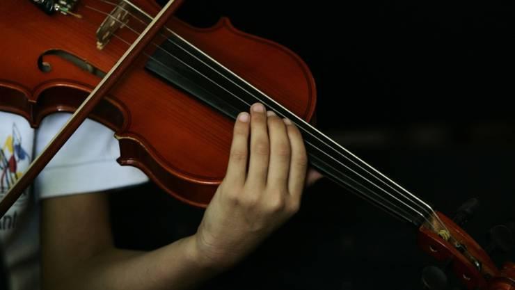 Ein britischer Geiger liess sein 310 Jahre altes und umgerechnet rund 290'000 Euro teures Instrument in einem Londoner Vorortszug liegen. (Symbolbild)