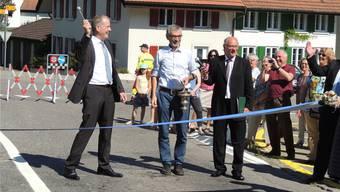 Regierungsrat Stephan Attiger (links) beim Versprühen von Weihwasser mit den Pfarrern Georg Umbricht und Martin Hess als Assistenten.Brigitte Santmann Rubim