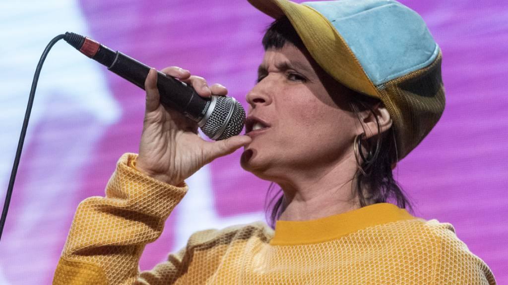 Die Zürcher Rapperin Big Zis ist eine der wenigen Frauen, die ihren Weg in der Schweizer Musikszene machen und sich politisch für die Gleichstellung in der Branche einsetzen. Jetzt soll dieses kulturpolitische Ziel systematisch angegangen werden. (Archivbild)