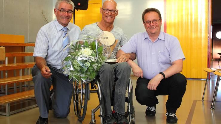 Von links: Gemeindepräsident Bruno Meyer, Rollstuhlsportler Heinz Frei und Bürgergemeindepräsident Rolf Ochsenbein.