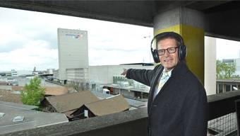 Gewerbeverbandsdirektor Gabriel Barell zeigt, wo er auch in Zukunft ausschliesslich gewerbliche Nutzungen auf dem Lysbüchel haben will.