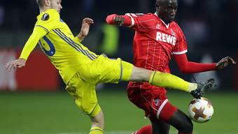 Mirko Ivanic (links) von BATE Borissow gegen Kölns Sehrou Guirassy