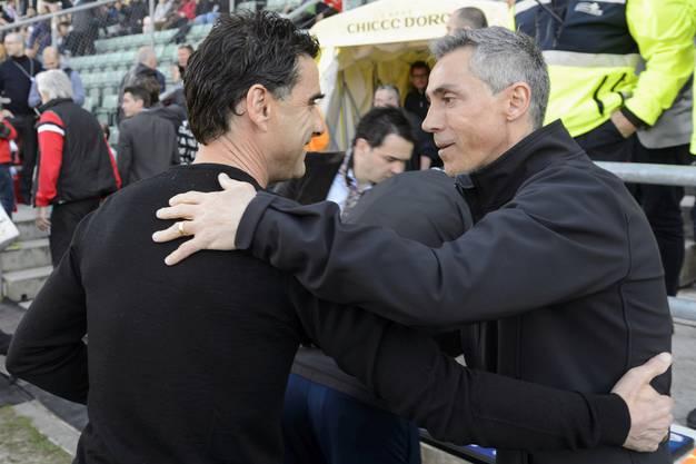 Didier Tholot (links, Trainer Sion) und Paulo Sousa (rechts, Trainer FC Basel) begrüssen sich vor der Partie.